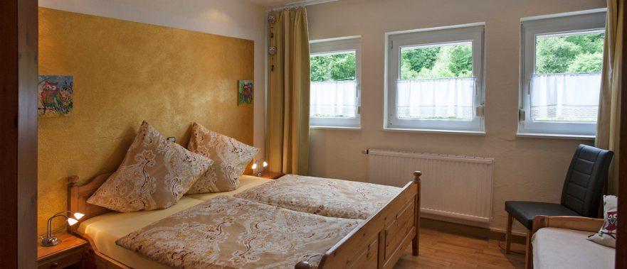 Rumbach - Ferienhaus chez Emil et Isabelle - Schlafzimmer EG mit Doppelbett und Einzelbett für 3 Personen